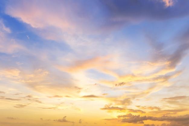Nuvem bonita ao pôr do sol