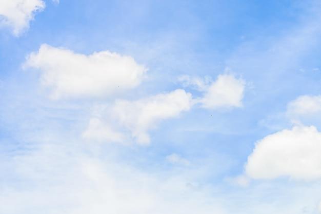 Nuvem branca bonita no fundo da natureza do céu azul