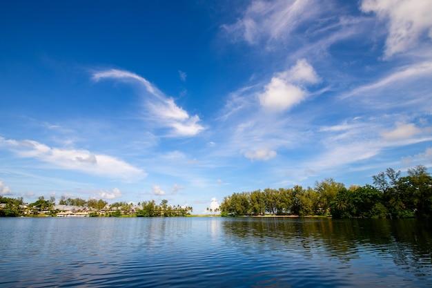 Nuvem branca e céu azul no lago em bang tao beach phuket tailândia em dia ensolarado conceito de tempo de viagem.