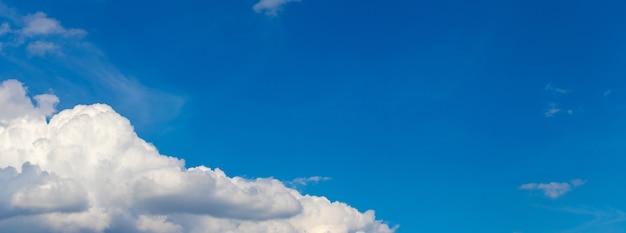 Nuvem branca e encaracolada no céu azul na diagonal