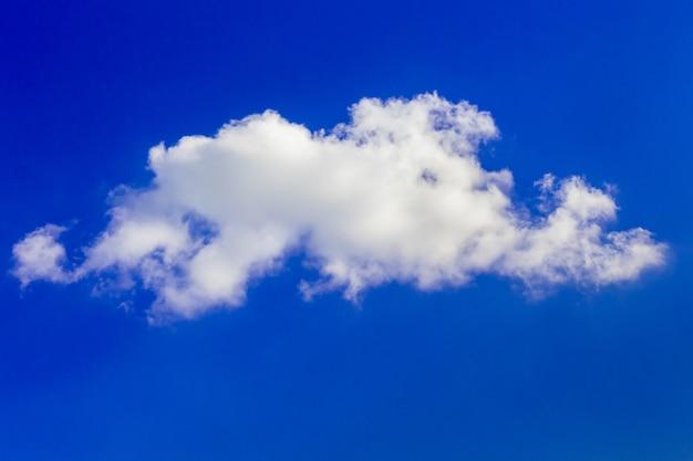 Nuvem branca em um céu azul em um dia claro e ensolarado