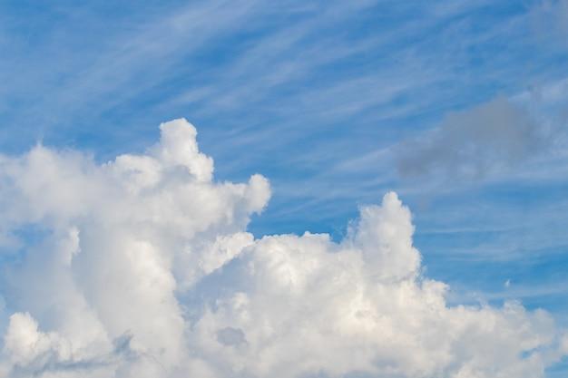 Nuvem branca encaracolada de perto no céu azul