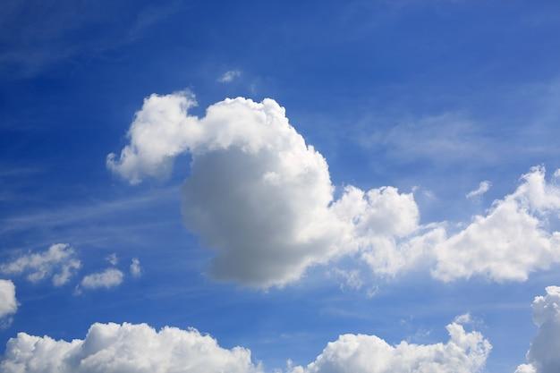 Nuvem branca fofa no fundo do céu azul