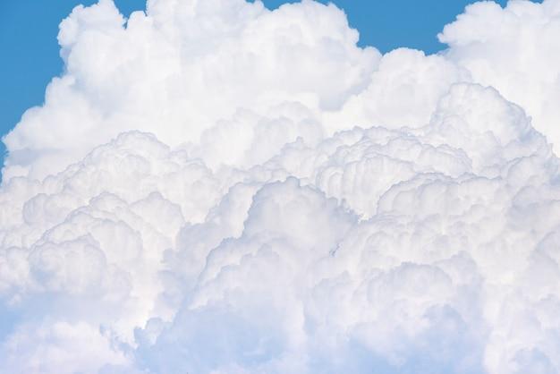 Nuvem branca inchada no céu azul
