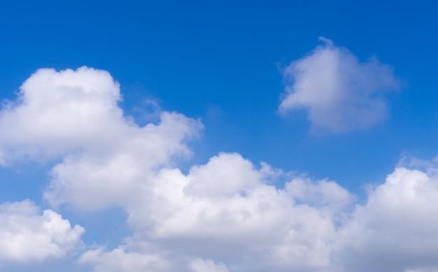Nuvem branca no céu azul com espaço de cópia no céu