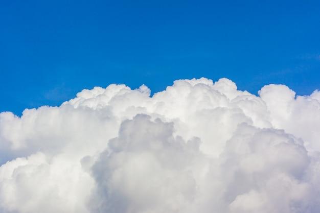 Nuvem cumulus. céu azul e nuvem branca.