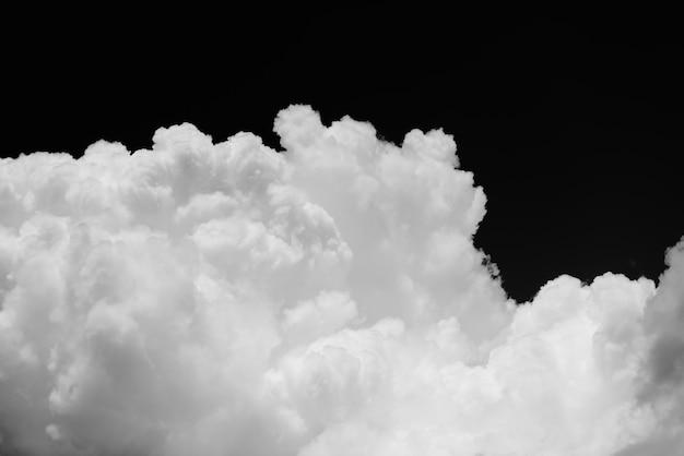Nuvem cumulus em fundo preto