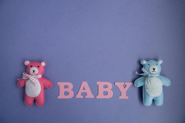 Nuvem de brinquedos de malha, estrela, urso, carneiro, coruja, pássaro rosa e azul cores sobre um fundo roxo