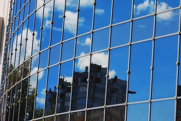 Nuvem de céu de reflexão de edifício de escritórios de vidro