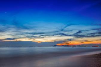 Nuvem de céu do mar em longa exposição por do sol
