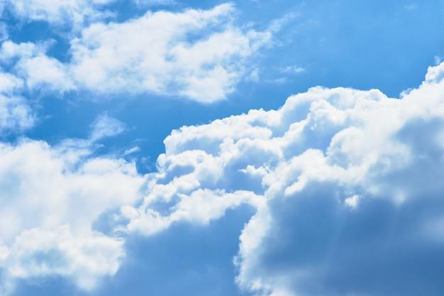 Nuvem de cúmulo branca bonita com o céu azul