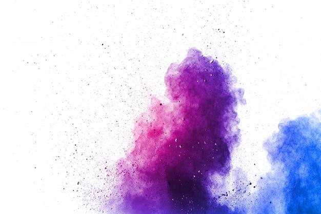 Nuvem de explosão de pó de cor roxa. o close up de partículas de poeira roxas espirra no fundo.