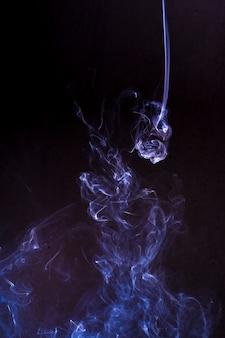 Nuvem de fumaça com fundo preto. textura de névoa