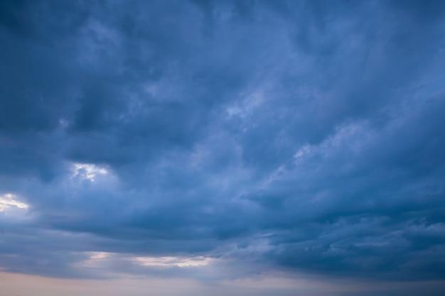 Nuvem de tempestade e fundo de tempo chuvoso