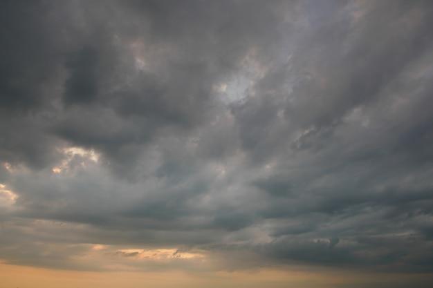 Nuvem de tempestade e tempo chuvoso