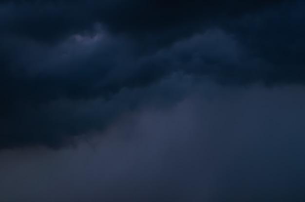 Nuvem e céu escuro quando há tempestade e chuva na estação das monções.