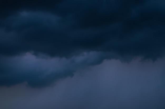 Nuvem e céu escuros quando há tempestade e chuva na temporada de monções