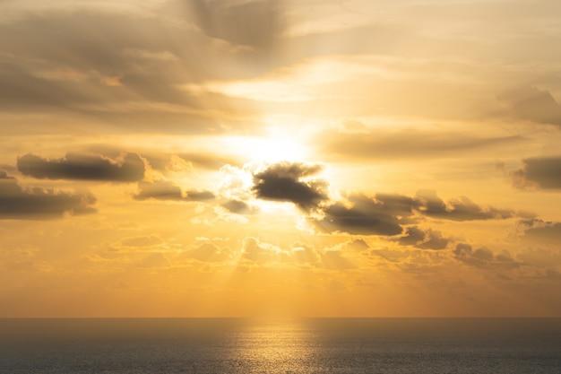 Nuvem e luz do sol incríveis no pôr do sol