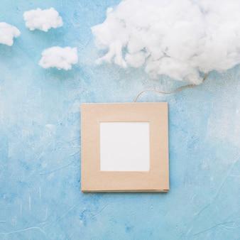 Nuvem e quadro anexado com string