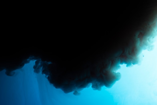 Nuvem escura com fundo azul