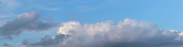 Nuvem escura e encaracolada no céu azul, panorama