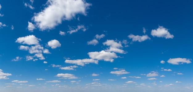 Nuvem fofa panorâmica no céu azul. céu com nuvem em um dia ensolarado.