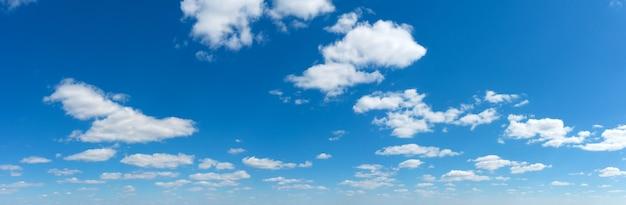 Nuvem fofa panorâmica no céu azul.