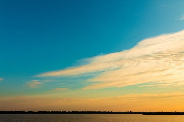 Nuvem lindo céu dourado com pôr do sol. céu bonito .