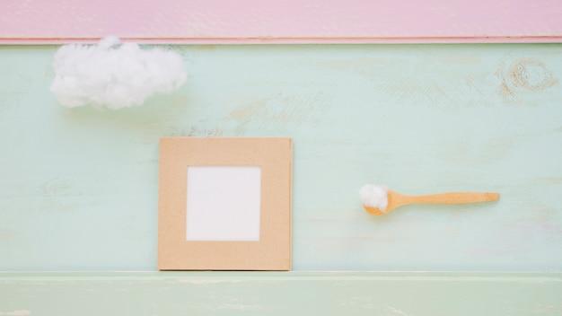 Nuvem na colher de pau e moldura na cor texturizada