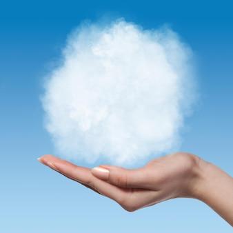 Nuvem nas mãos da mulher no céu azul