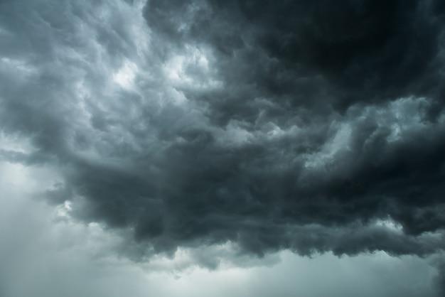 Nuvem negra e trovoada antes de chuvosas, dramáticas nuvens negras e céu escuro