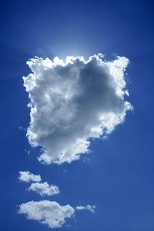 Nuvem no céu azul sol backlight luz halo