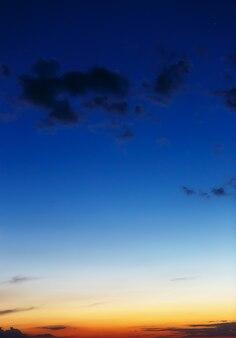 Nuvem no céu durante o pôr do sol. paisagem da noite.