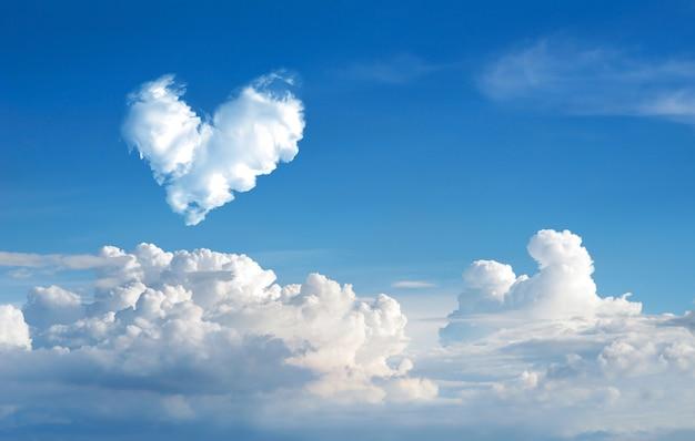 Nuvem romântica coração nuvem abstrata céu azul e nuvem