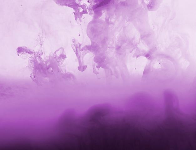 Nuvem roxa densa abstrata da neblina