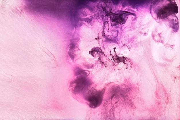 Nuvem roxa rosa abstrata de fumaça, pintura no fundo da água. papel de parede de arte fluida, cores vivas vibrantes líquidas. perfume afrodisíaco conceitual