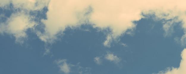 Nuvem sobre fundo do céu azul - imagens retro do estilo do efeito vintage. banner panorâmico.