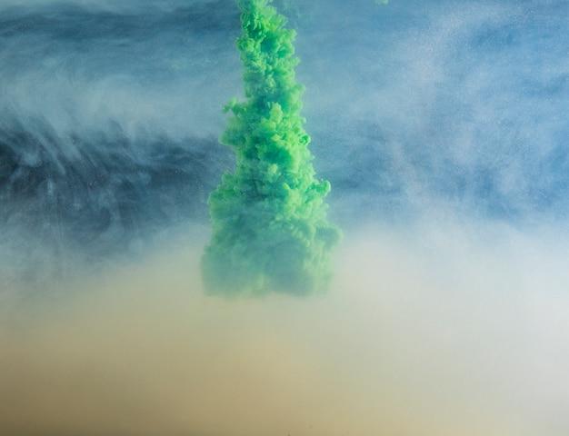 Nuvem verde densa abstrata entre neblina de luz