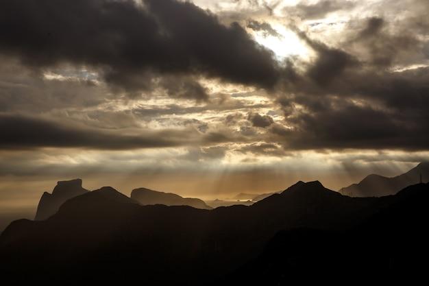 Nuvens ao longo da silhueta da cordilheira.