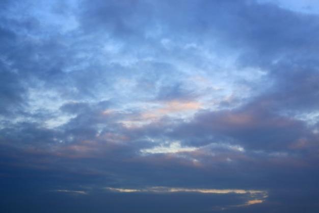 Nuvens azuis-alaranjadas abstratas no fundo do céu ao pôr do sol
