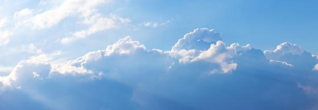 Nuvens azuis e brancas no céu sob a luz do sol