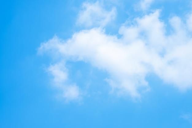 Nuvens bonitas do céu azul para o fundo.