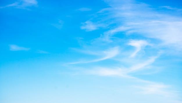 Nuvens bonitas no fundo do céu azul.