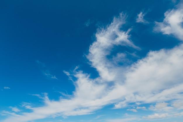 Nuvens brancas aveludadas no céu azul