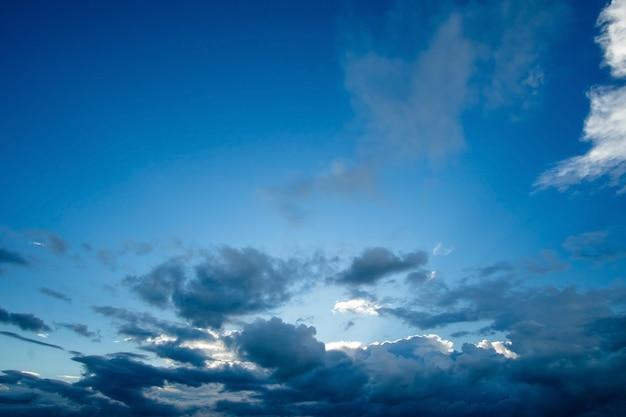 Nuvens brancas bonitas com fundo do céu azul.