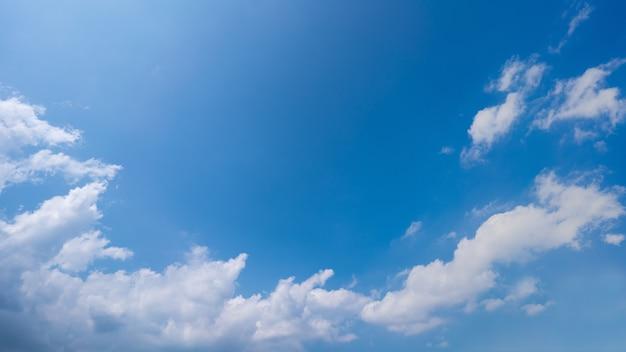 Nuvens brancas, céu azul e fundo de raio de sol