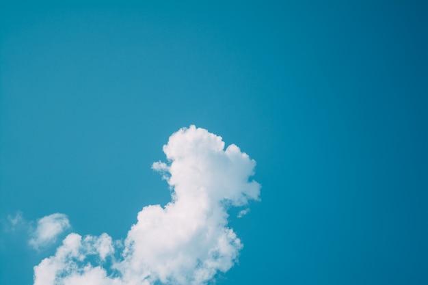 Nuvens brancas claras no céu azul