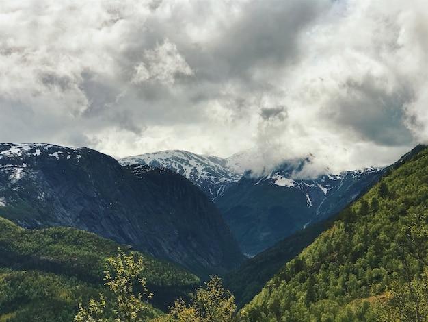 Nuvens brancas cobrem belos fiordes da noruega