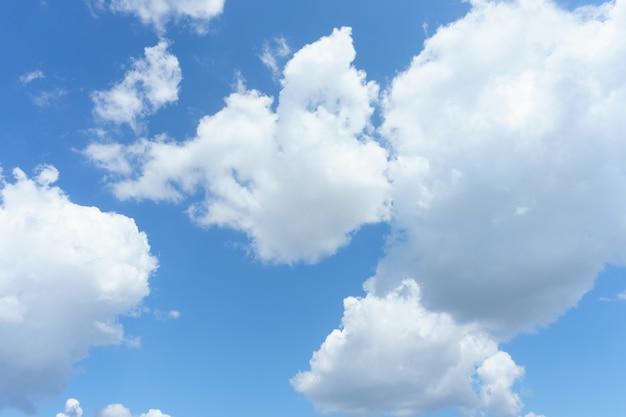 Nuvens brancas com fundo do céu azul