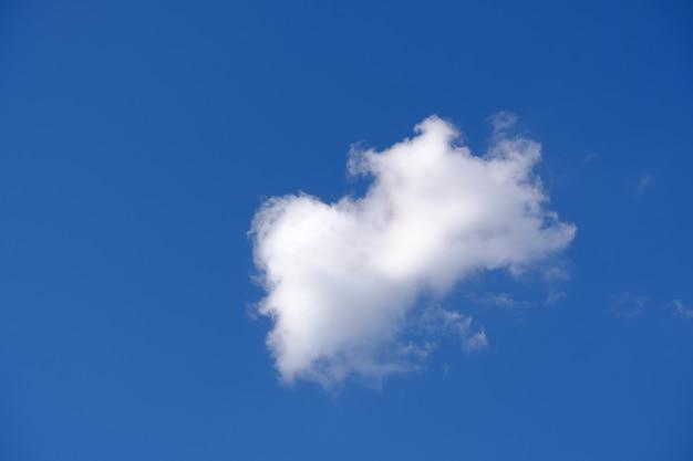 Nuvens brancas com um céu azul